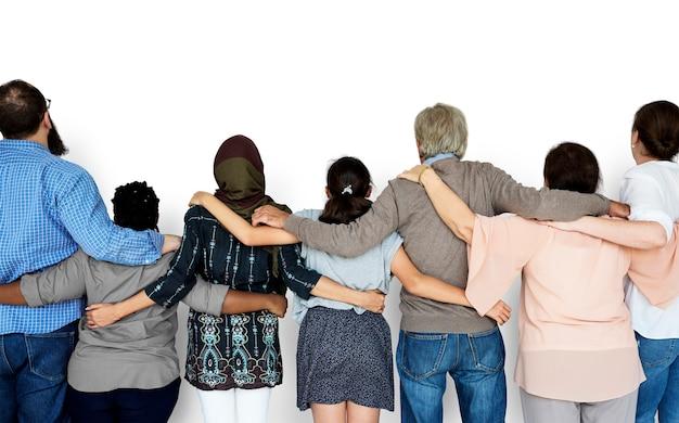 Groep diverse mensen staan samen