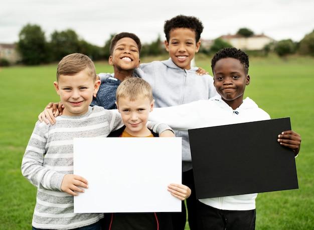 Groep jonge jongens die lege documenten tonen