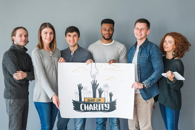 Groep mensen die aanplakbiljetmodel voor liefdadigheid houden