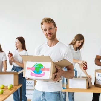 Groep mensen die met schenkingen helpen