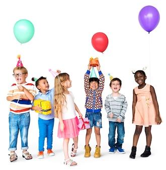 Groep van vrolijke kinderen spelen en plezier maken