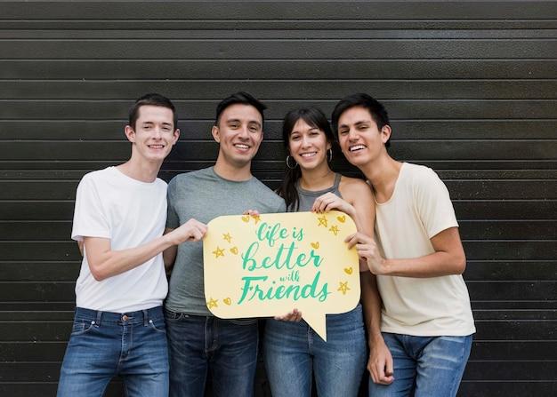 Groep vrienden poseren