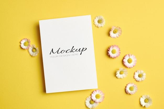 Groet of uitnodiging of kaartmodel met madeliefjebloemen op geel