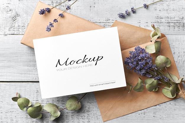 Groet of uitnodigingskaartmodel met droge lavendel en eucalyptus