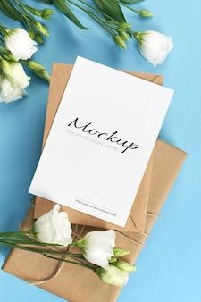 Groet of uitnodigingskaartmodel met witte eustomabloemen