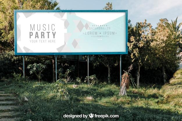 Groot billboard mockup in de natuur