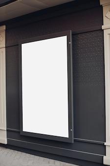 Groot lichtbord, billboard is aan de muur van het gebouw
