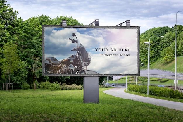 Groot reclamebord voor commerciële advertenties naast de weg en de stoep