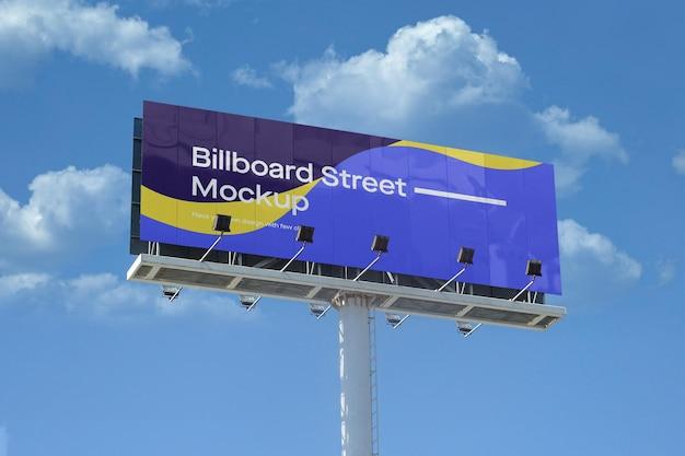 Groot reclamebordmodel op blauwe hemel met wolken