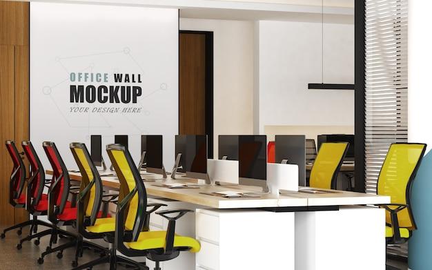 Grote werkruimte met kleurrijke stoelenmuurmodel