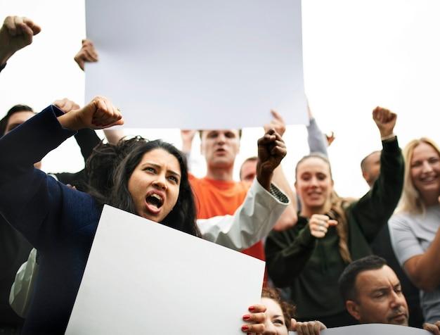 Grupo de activistas enojados está protestando.