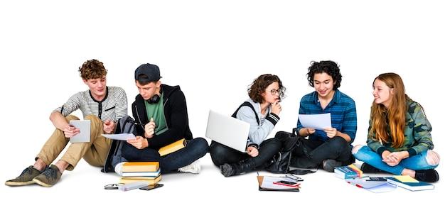 Grupo de estudiantes estudiando juntos