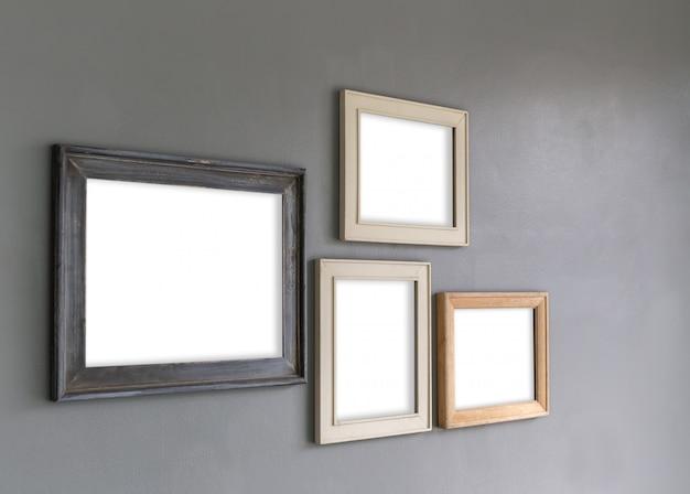 Grupo de marcos de fotos en blanco en la pared para su diseño