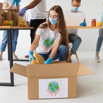 Grupo de personas ayudando con donaciones.