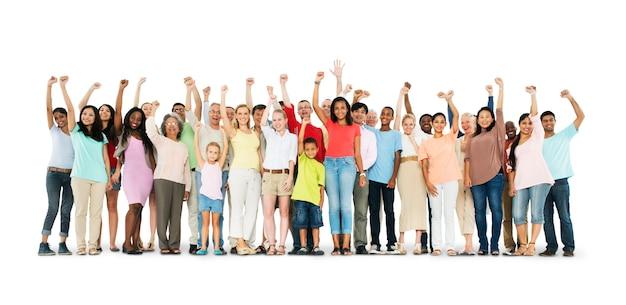 Grupo de personas diversas con los brazos alzados aislado en blanco