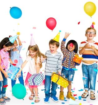 Gruppo di bambini felici diversi e concetto di partito