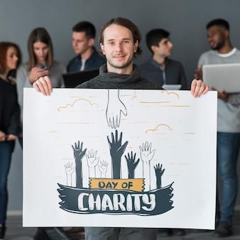 Gruppo di persone che tengono il cartello mockup per beneficenza
