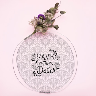 Guarde el marco de la maqueta de fecha con flores secas
