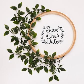 Guarde el marco de la maqueta de fecha con hojas