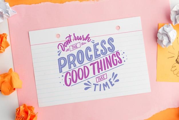 Haast u niet het proces goede dingen tijd citaat op wit papier nemen