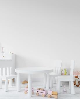 Habitación infantil con juguetes, mesa y silla.