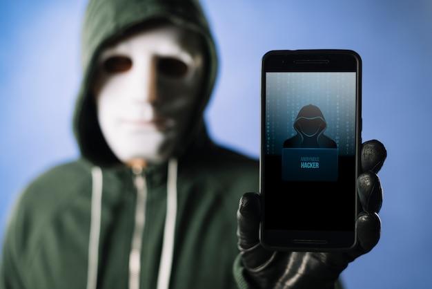 Hacker con maqueta de smartphone