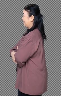 Half lichaam portret van 60s 70s oudere aziatische vrouw zwart haar paars shirt cross hand kijken naar de camera. senior grootmoeder kruis armen glimlach en draai voorkant zijaanzicht over witte achtergrond geïsoleerd