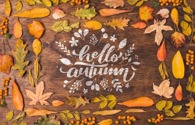 Hallo herfstcitaat omringd door gedroogde bladeren