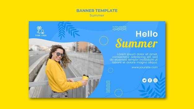 Hallo zomer vrouw op een sjabloon voor spandoek van brug