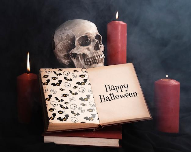 Halloween-concept met schedelkaarsen en boek