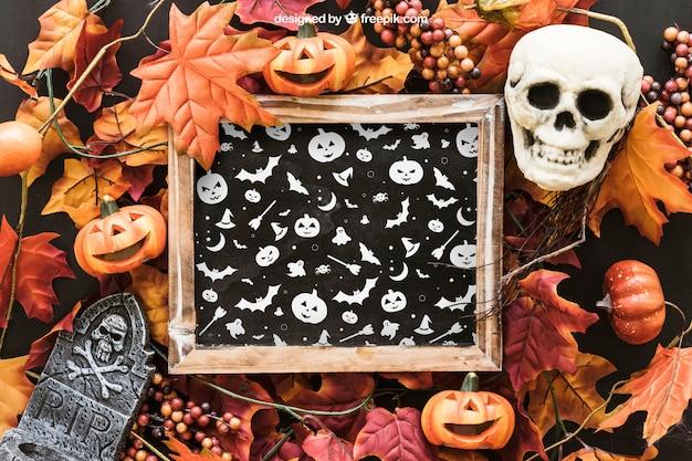 Halloween leisteen mockup met schedel en grafsteen op bladeren