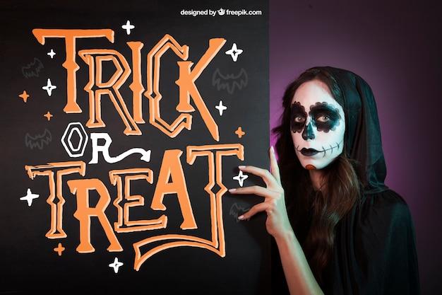 Halloween mockup met meisje achter schoolbord