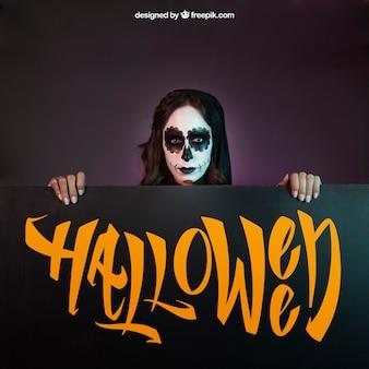 Halloween mockup met meisje boven bord kijken