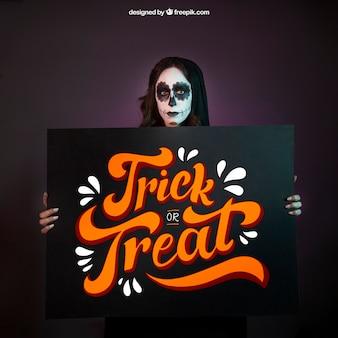 Halloween mockup met meisje met grote bord