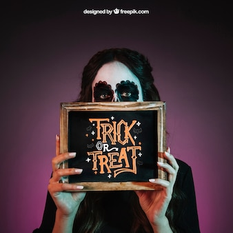 Halloween mockup met meisje met leisteen