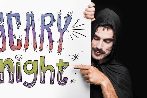 Halloween-model met het van letters voorzien op grote raad en de mens