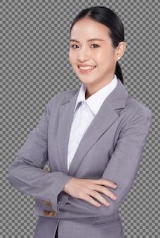 Halve lichaamsportret van 20s aziatische vrouw zwart haar grijs pak, glimlach naar camera cross hand geïsoleerd. office meisje vormt zakelijke vertrouwen en succes over witte achtergrond geïsoleerd