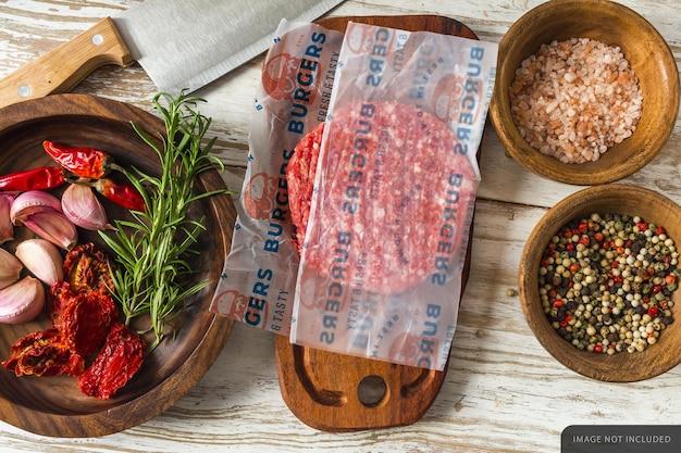 Hamburger rauw vlees inpakpapier mockup