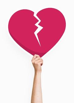 Hand met een gebroken hart kartonnen steun