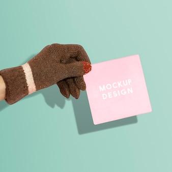 Hand met handschoen met een papieren psd-mockup