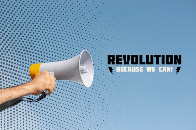Hand met megafoon in een protest
