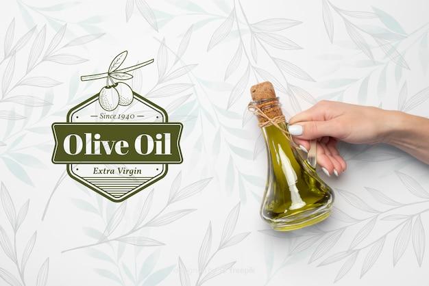 Hand met olijfolie van eerste persing