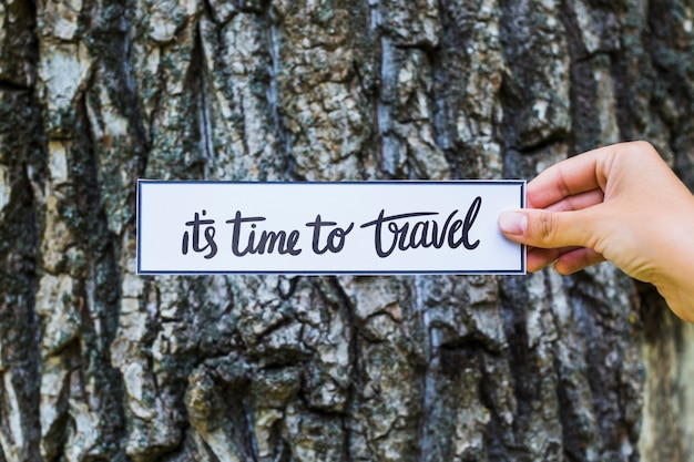 Hand met papier in de natuur voor reizen concept