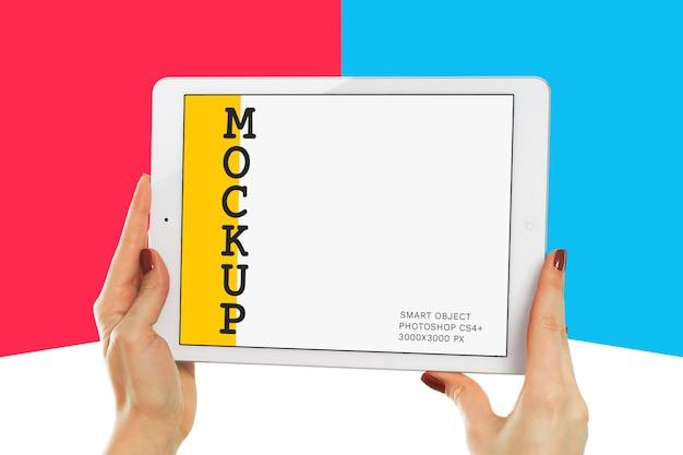 Hand met witte tablet mockup