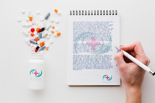 Hand schrijven in kladblok mock-up