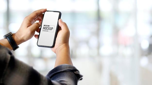 Handen die mockup-smartphone hebben en aanraken