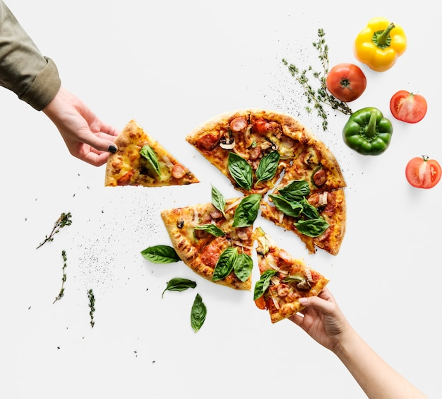 Handen die plakken van italiaanse keukenpizza nemen