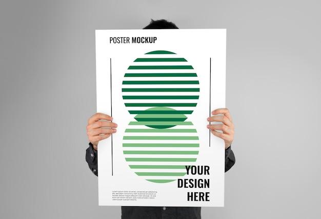 Handen met een postermodel