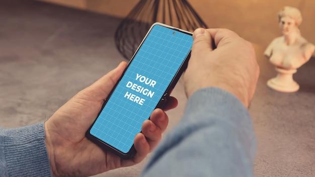 Handen met mobiele telefoon