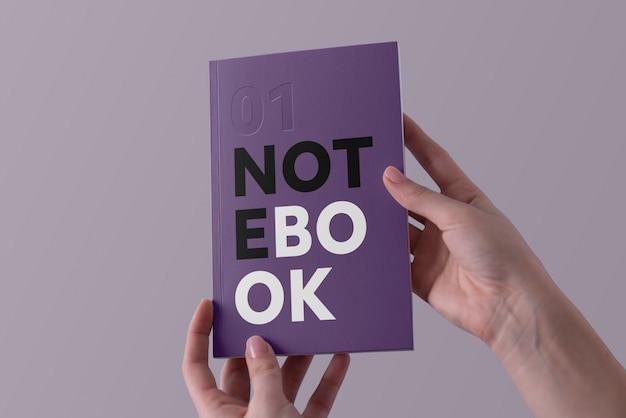 Handen met notebook mockup